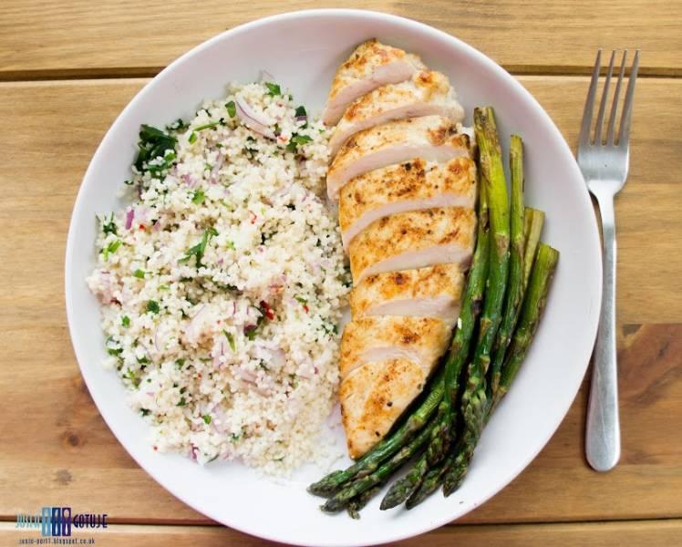 Kuskus, pierś kurczaka i szparagi. / Couscous, chicken breast and asparagus.