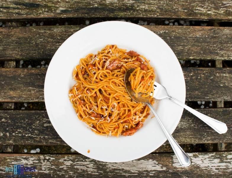 Spaghetti z wędzonym boczkiem i pomidorami. / Spaghetti with smoked bacon and tomatoes.