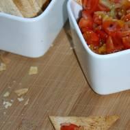Domowe nachosy z dipem pomidorowym