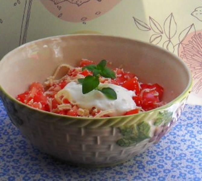 Szybka sałatka idealna na grilla czyli pomidory z żółtym serem