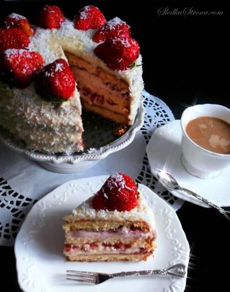 Tort Truskawkowy z Masą Budyniowo-Mleczną i Konfiturą Malinową