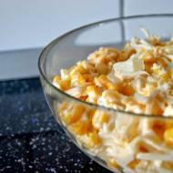 Sałatka z ananasem, kukurydzą, żółtym serem i czosnkiem