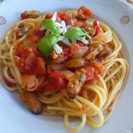 Spaghetti z mulami w sosie pomidorowym
