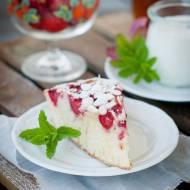 Ciasto jogurtowe z truskawkami i płatkami migdałów.
