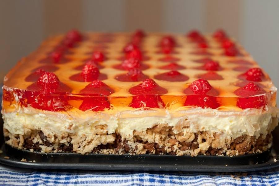 Kruche ciasto z kremem i truskawkami