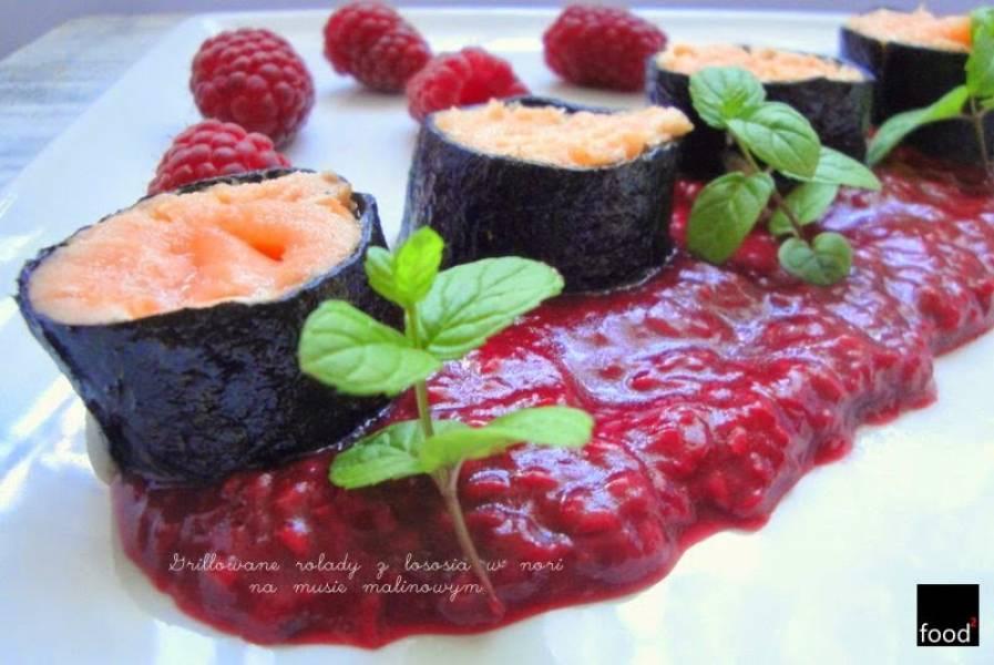 W malinowym chruśniaku, czyli grillowane rolady z łososia w nori na musie malinowym z letnią sałatką z ogórka
