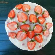 Tort z kaszy jaglanej z kremem limonkowo-kokosowym z truskawkami