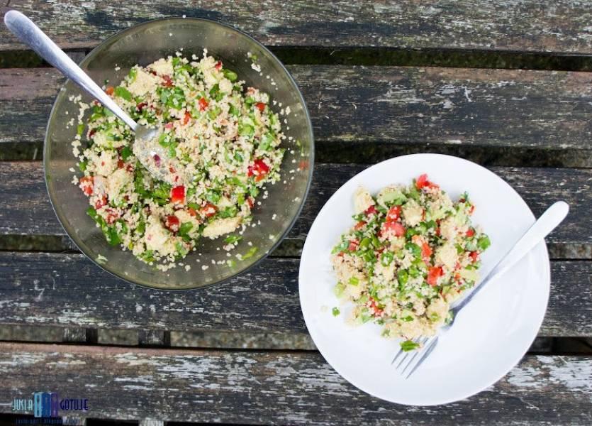 Sałatka z kuskusu ze szpinakiem, awokado i papryką. / Couscous salad with spinach, avocado and pepper.