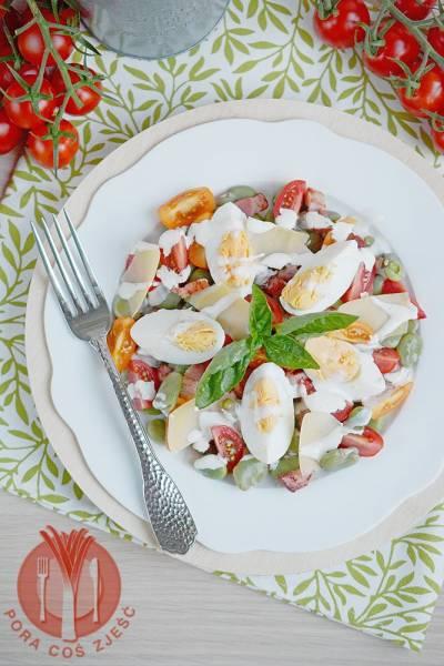 Sałatka z bobem, boczkiem i jajkami