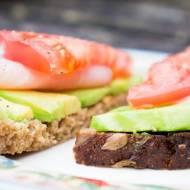 Kanapka z awokado, polędwicą łososiową i pomidorem. / Sandwich with avokado, smoked pork lion and tomato.