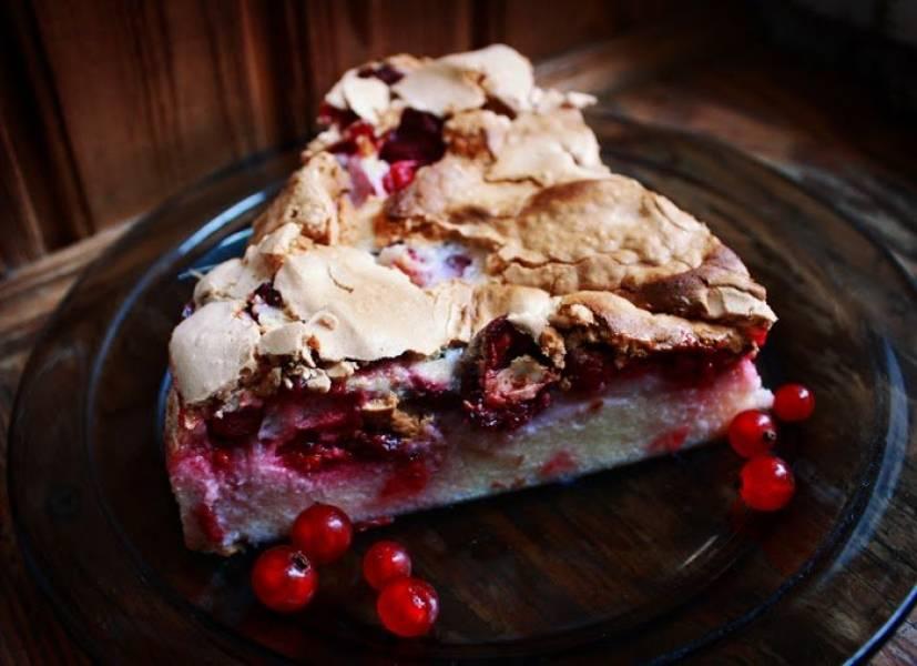 Lekkie ciasto sernikowo-bezowe z wiśniami i porzeczkami (155 kcal/100 g)