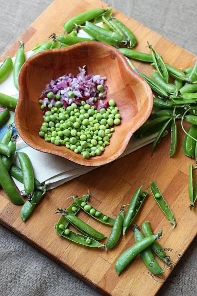 Sałatka z groszku i zielonej fasolki z parmezanem