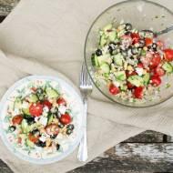 Śródziemnomorska sałatka z dużym kuskusem. / Mediterranean salad with giant couscous.