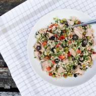 Sałatka z tuńczykiem i brązowym ryżem. / Salad with tuna and brown rice.