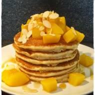 Pancakes z brzoskwiniami i syropem klonowym