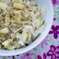 Owsianka z ananasem i płatkami migdałów. / Porridge with pineapple and almonds flakes.