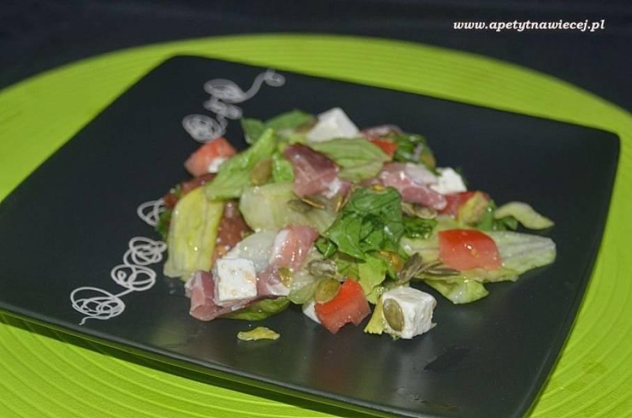 Sałatka na sałacie lodowej z szynką parmeńską, fetą i pestkami dyni