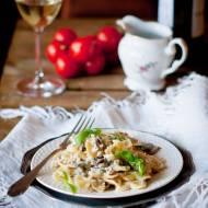 Makaron w sosie mascarpone, z mięsem mielonym i pieczarkami.