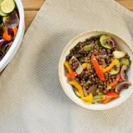 Sałatka na ciepło z soczewicą puy i  pieczonymi warzywami. / Warm salad with puy lentils and roasted vegetables.