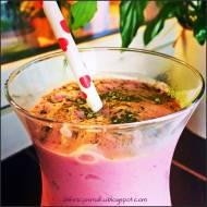 Malinowo- waniliowy shake z herbatą matcha.
