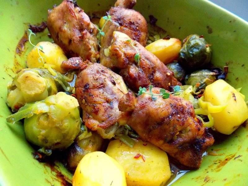 Kurczak z brukselką i ziemniakami. Danie jednogarnkowe