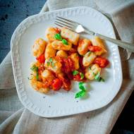 Ziemniaczane gnocchi z sosem ze świeżych pomidorów.