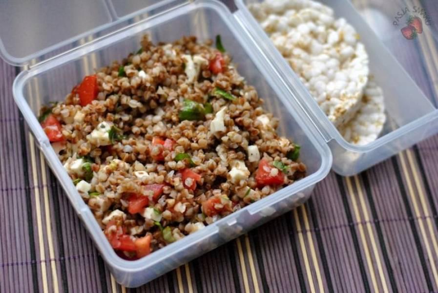 Lunchbox: Sałatka z kaszą gryczaną, mozzarellą i pomidorami