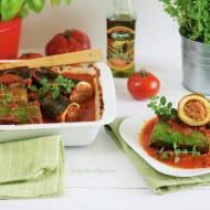 Cukinia faszerowana mięsem z sosem pomidorowym