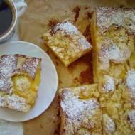 Ciasto śmietanowe z brzoskwiniami i kruszonką.
