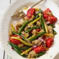 Sałatka z fasolki szparagowej i pomidorów z chlebowymi grzankami