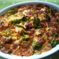 Makaronowa zapiekanka z wędzonym łososiem, brokułem i cukinią