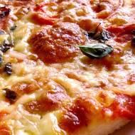 Pizza z pomidorami i cebulką