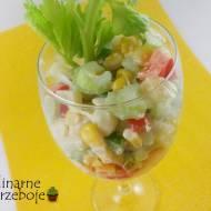 Sałatka z selera naciowego, papryki, ananasa i kukurydzy