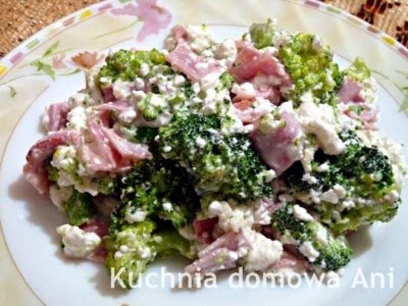 Sałatka brokułowa z szynką i domową fetą