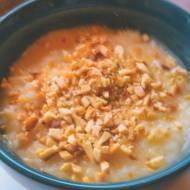 Kremowy słodki ryż z prażonymi migdałami