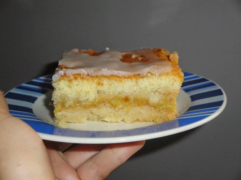 Ciasto przekładane galaretką z gruszkowo-rabarbarowego musu