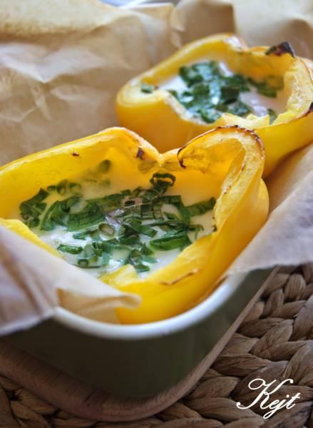 Faszerowana papryka jajkiem - pomysł na szybkie śniadanie
