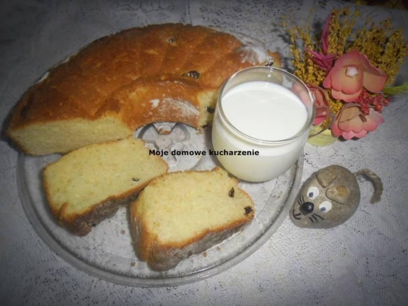 Baba drożdżowa z rodzynkami i mlekiem w proszku