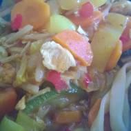 Udon z kurczakiem i warzywami