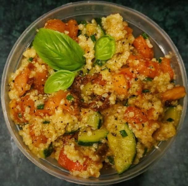 Kasza jaglana z warzywami - pomysł na posiłek do pracy