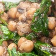 Ragout z ciecierzycą, grzybami i szpinakiem