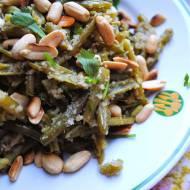Fasolka szparagowa z bułką tartą, kolendrą i orzechami ziemnymi