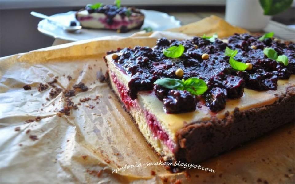 84. Twaróg, ciastka, bazylia, maliny, czyli bazyliowo- miodowy sernik na ciasteczkowym spodzie.