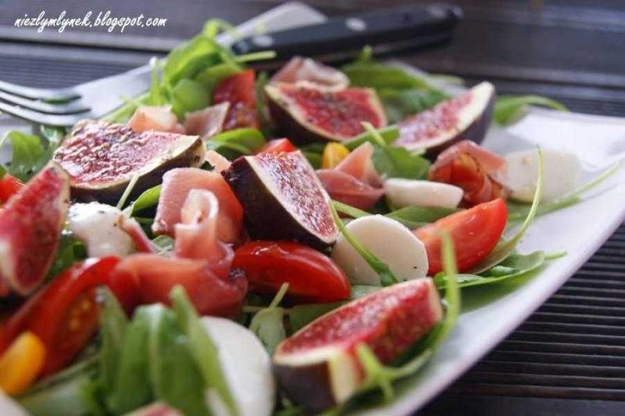 Sałatka z figami na rukoli, mozzarelli i szynce szwarcwaldzkiej.