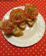 Bagietka czosnkowa z pomidorem i mozzarellą
