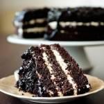 Ciasto czekoladowe przełożone kremem z mleka zsiadłego