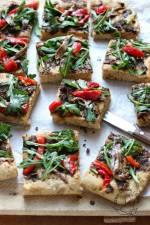Coca (hiszpańska pizza) z tapenadą, anchois, rukolą i pieczoną papryką