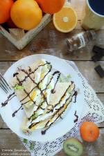 Cynamonowe naleśniki owsiane z serkiem waniliowym, sałatką owocową i czekoladą