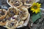 Drożdżowe cebularze z serem, pieczarkami posypane makiem