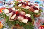 Grzanki z prosciutto, serem korycińskim i konfiturą borówkową